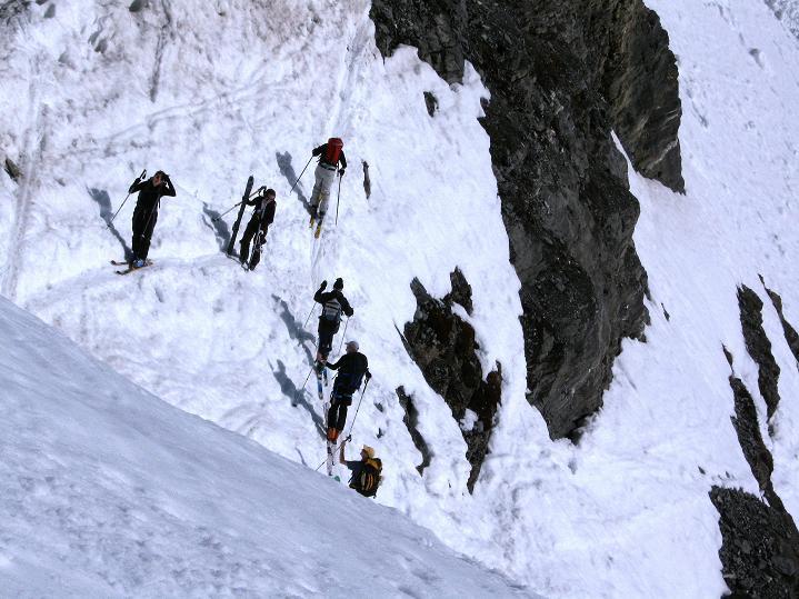 Foto: Andreas Koller / Ski Tour / Hoch über dem Gemmipass aufs Steghorn (3146m) / Die Schlüsselstelle bei P.2315 = exponierte Traversierung / 16.04.2009 03:01:47
