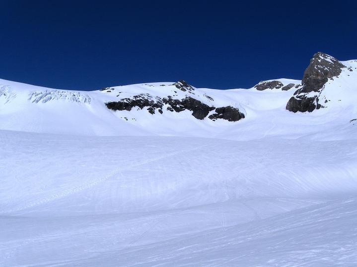Foto: Andreas Koller / Ski Tour / Hoch über dem Gemmipass aufs Steghorn (3146m) / Die Eisbrüche des Wildstrubelgletschers / 16.04.2009 03:00:44