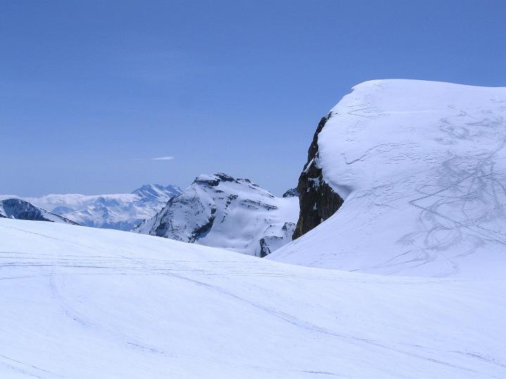 Foto: Andreas Koller / Ski Tour / Hoch über dem Gemmipass aufs Steghorn (3146m) / Der Blick geht am Lämmerenhorn (2862 m) vorbei zu den Walliser Alpen / 16.04.2009 02:58:13