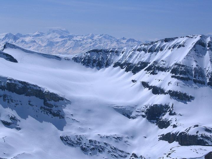 Foto: Andreas Koller / Ski Tour / Hoch über dem Gemmipass aufs Steghorn (3146m) / Im W reicht die Fernsicht bis zum Grand Combin (4314 m) / 16.04.2009 02:52:01