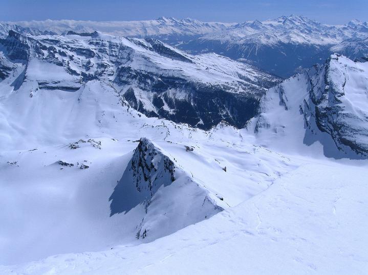 Foto: Andreas Koller / Ski Tour / Hoch über dem Gemmipass aufs Steghorn (3146m) / Tief unter uns: der Gemmi / 16.04.2009 02:49:30
