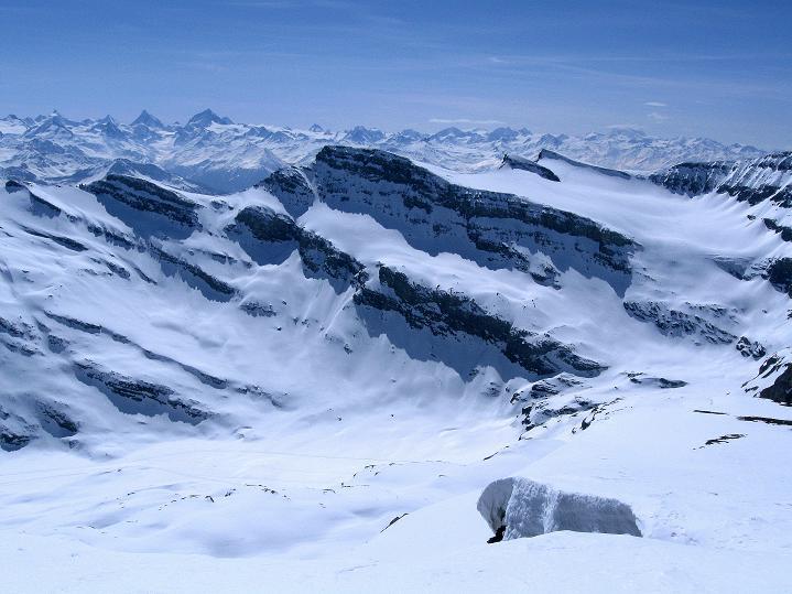 Foto: Andreas Koller / Ski Tour / Hoch über dem Gemmipass aufs Steghorn (3146m) / Von den Berner Alpen Blick zu den Walliser Alpen / 16.04.2009 02:49:01