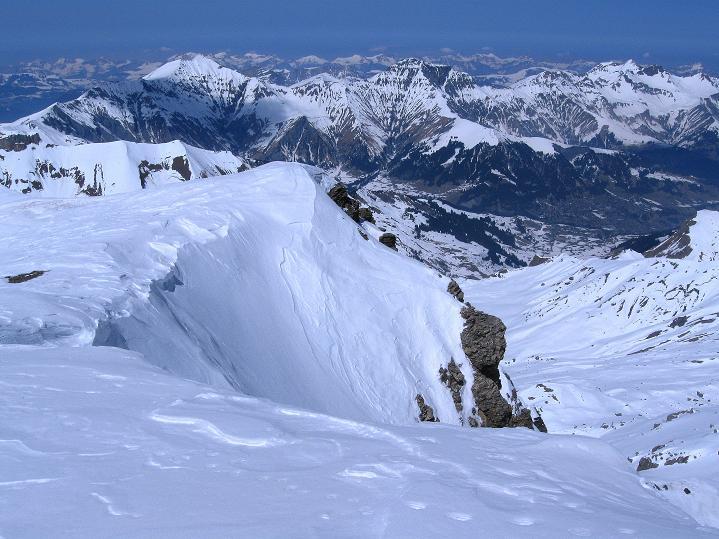 Foto: Andreas Koller / Ski Tour / Hoch über dem Gemmipass aufs Steghorn (3146m) / Tiefblick nach Adelboden / 16.04.2009 02:48:16