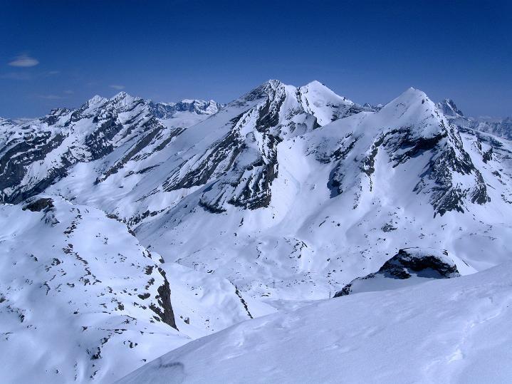 Foto: Andreas Koller / Ski Tour / Hoch über dem Gemmipass aufs Steghorn (3146m) / Blick zur Blümlisalpgruppe (3664 m) / 16.04.2009 02:47:44