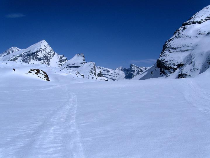 Foto: Andreas Koller / Ski Tour / Hoch über dem Gemmipass aufs Steghorn (3146m) / zurück am Lämmerenboden / 16.04.2009 02:46:41