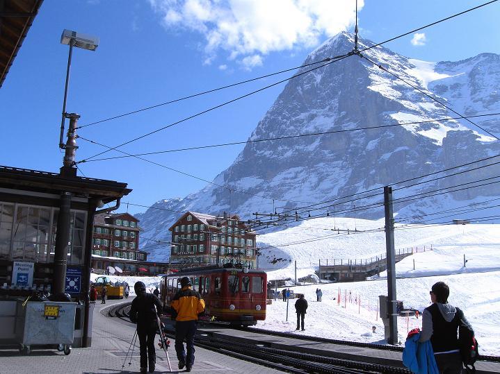 Foto: Andreas Koller / Ski Tour / Berner Alpen Durchquerung 1: Louwihorn (3777m) / Rummel auf der Kleinen Scheidegg / 16.04.2009 23:05:18