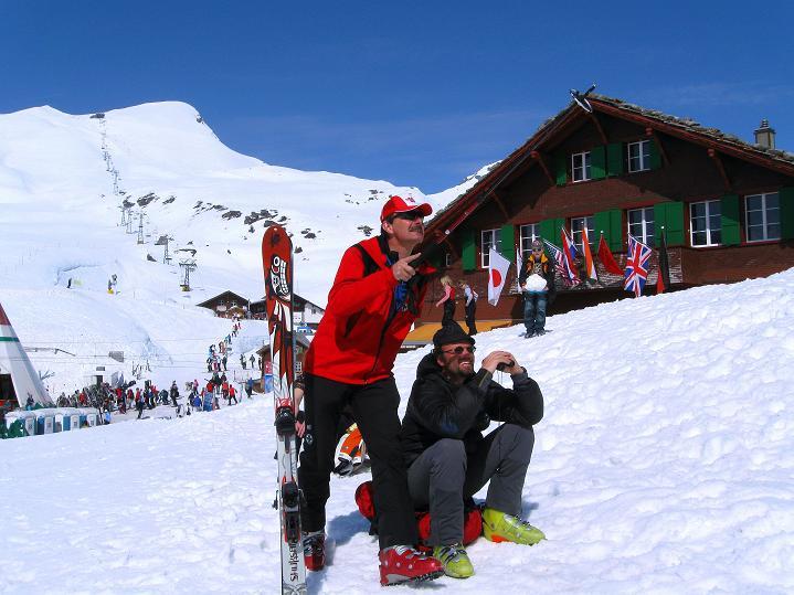 Foto: Andreas Koller / Ski Tour / Berner Alpen Durchquerung 1: Louwihorn (3777m) / Studium der Route ...  / 16.04.2009 23:03:01