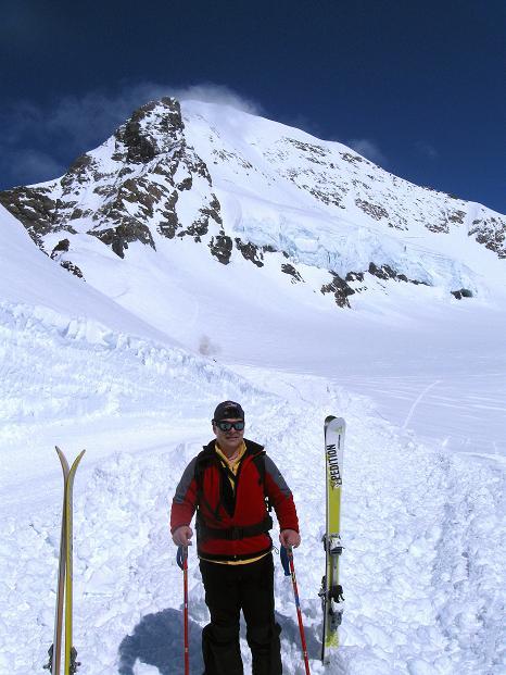 Foto: Andreas Koller / Ski Tour / Berner Alpen Durchquerung 1: Louwihorn (3777m) / 16.04.2009 23:00:43