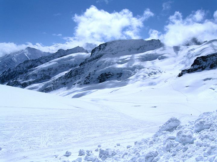 Foto: Andreas Koller / Ski Tour / Berner Alpen Durchquerung 1: Louwihorn (3777m) / 16.04.2009 23:00:35