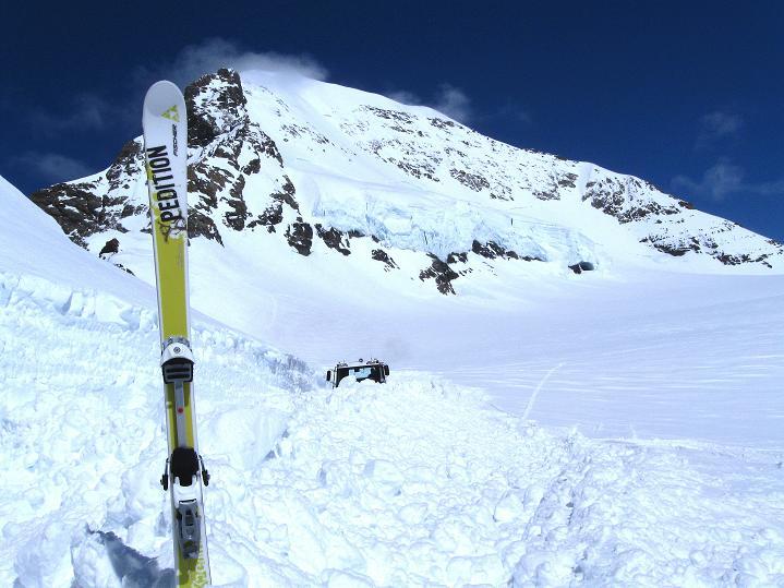 Foto: Andreas Koller / Ski Tour / Berner Alpen Durchquerung 1: Louwihorn (3777m) / 16.04.2009 23:00:28