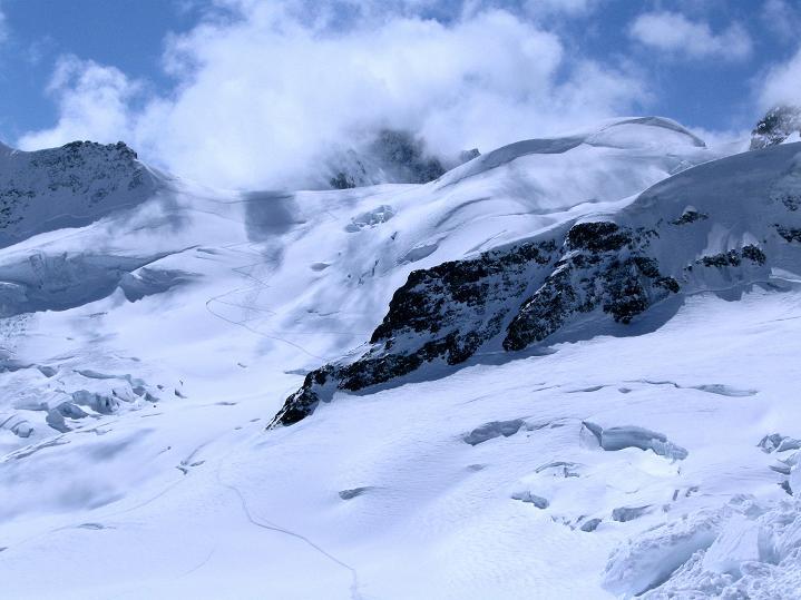 Foto: Andreas Koller / Ski Tour / Berner Alpen Durchquerung 1: Louwihorn (3777m) / 16.04.2009 23:00:19
