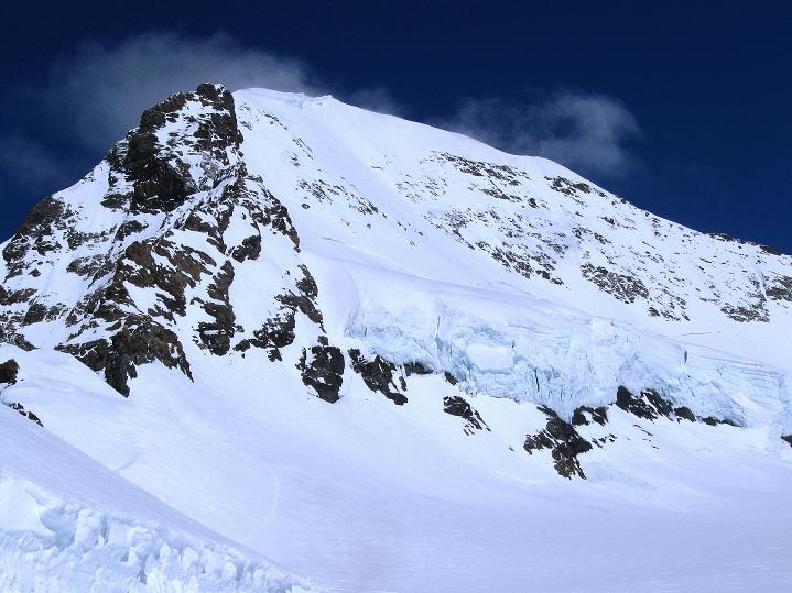 Foto: Andreas Koller / Ski Tour / Berner Alpen Durchquerung 1: Louwihorn (3777m) / Der Mönch (4107 m) / 16.04.2009 23:00:08