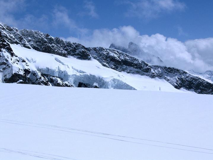 Foto: Andreas Koller / Ski Tour / Berner Alpen Durchquerung 1: Louwihorn (3777m) / 16.04.2009 22:59:46
