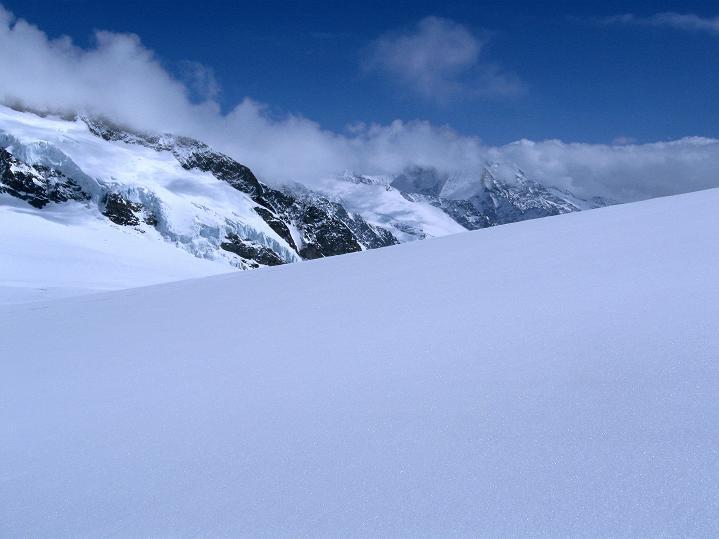 Foto: Andreas Koller / Ski Tour / Berner Alpen Durchquerung 1: Louwihorn (3777m) / 16.04.2009 22:57:49