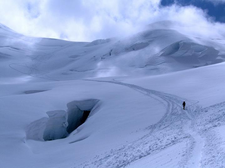 Foto: Andreas Koller / Ski Tour / Berner Alpen Durchquerung 1: Louwihorn (3777m) / Spalten umgehen am Jungfraufirn beim Aufsteig zum Louwihorn / 16.04.2009 22:57:01