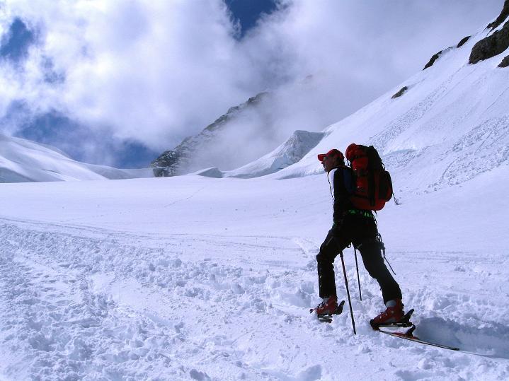 Foto: Andreas Koller / Ski Tour / Berner Alpen Durchquerung 1: Louwihorn (3777m) / 16.04.2009 22:56:30