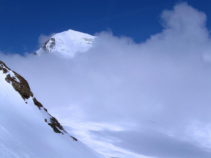 Foto: Andreas Koller / Ski Tour / Berner Alpen Durchquerung 1: Louwihorn (3777m) / Der Mönch (4107 m) ragt aus dem Nebel in die Sonne / 16.04.2009 22:55:59