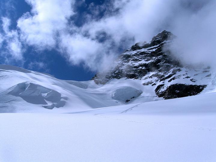 Foto: Andreas Koller / Ski Tour / Berner Alpen Durchquerung 1: Louwihorn (3777m) / 16.04.2009 22:55:34