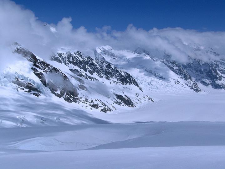 Foto: Andreas Koller / Ski Tour / Berner Alpen Durchquerung 1: Louwihorn (3777m) / 16.04.2009 22:55:27