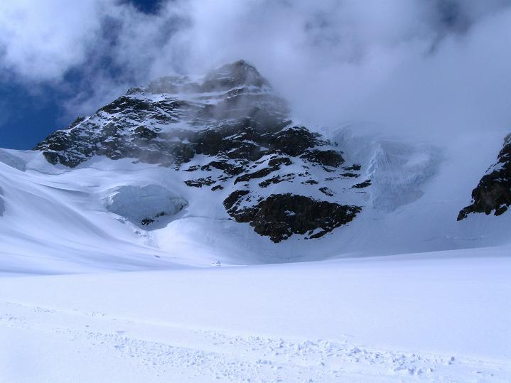 Foto: Andreas Koller / Ski Tour / Berner Alpen Durchquerung 1: Louwihorn (3777m) / 16.04.2009 22:55:10