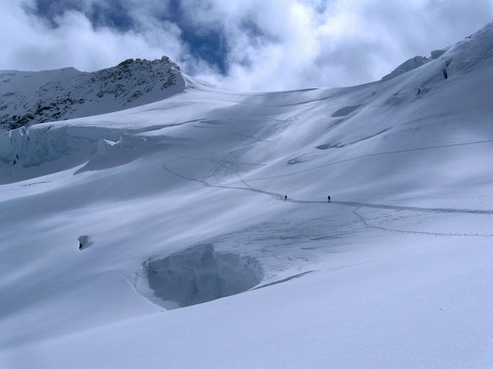 Foto: Andreas Koller / Ski Tour / Berner Alpen Durchquerung 1: Louwihorn (3777m) / 16.04.2009 22:54:35
