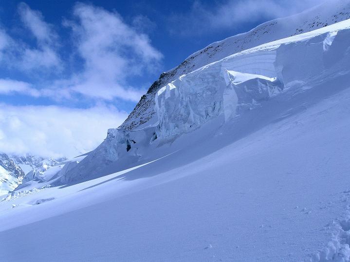 Foto: Andreas Koller / Ski Tour / Berner Alpen Durchquerung 1: Louwihorn (3777m) / 16.04.2009 22:54:10