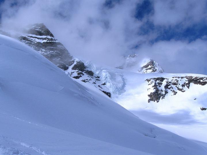 Foto: Andreas Koller / Ski Tour / Berner Alpen Durchquerung 1: Louwihorn (3777m) / 16.04.2009 22:54:01