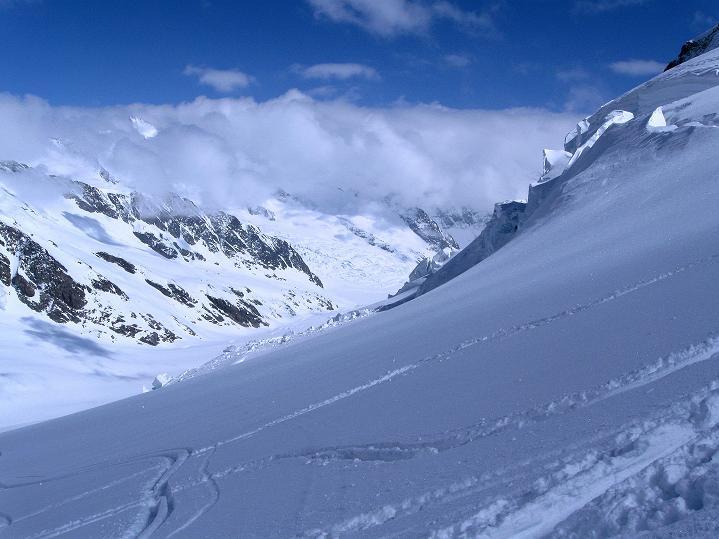 Foto: Andreas Koller / Ski Tour / Berner Alpen Durchquerung 1: Louwihorn (3777m) / 16.04.2009 22:53:39