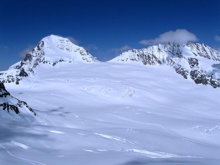Foto: Andreas Koller / Ski Tour / Berner Alpen Durchquerung 1: Louwihorn (3777m) / 16.04.2009 22:53:32