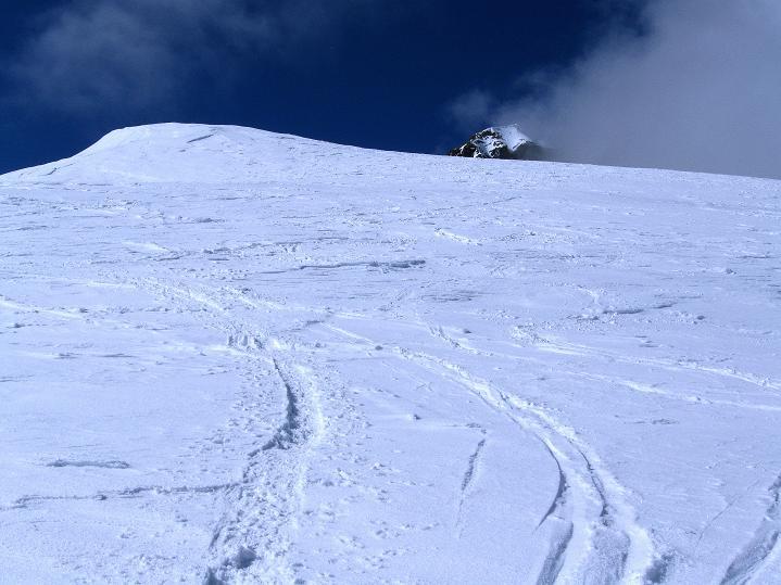 Foto: Andreas Koller / Ski Tour / Berner Alpen Durchquerung 1: Louwihorn (3777m) / 16.04.2009 22:52:12