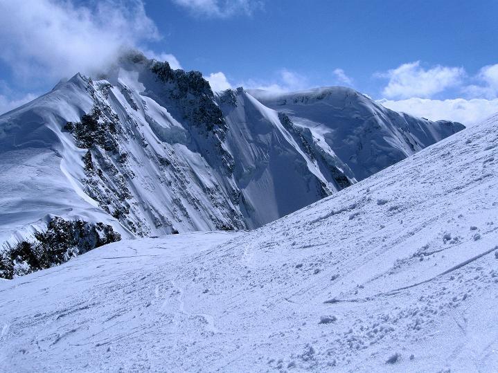 Foto: Andreas Koller / Ski Tour / Berner Alpen Durchquerung 1: Louwihorn (3777m) / Das Louwitor wird von der Äbeni Flue (3962 m) überragt / 16.04.2009 22:52:03