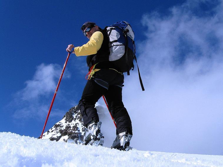 Foto: Andreas Koller / Ski Tour / Berner Alpen Durchquerung 1: Louwihorn (3777m) / 16.04.2009 22:51:33