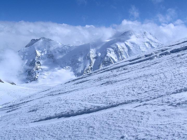Foto: Andreas Koller / Ski Tour / Berner Alpen Durchquerung 1: Louwihorn (3777m) / Vom Aufstieg zum Louwihorn Blick auf das Aletschhorn (4195 m) / 16.04.2009 22:51:23