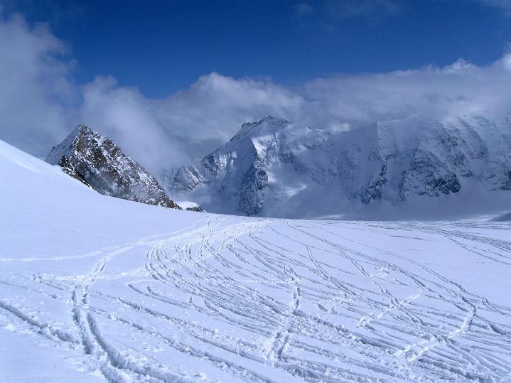 Foto: Andreas Koller / Ski Tour / Berner Alpen Durchquerung 1: Louwihorn (3777m) / 16.04.2009 22:48:01
