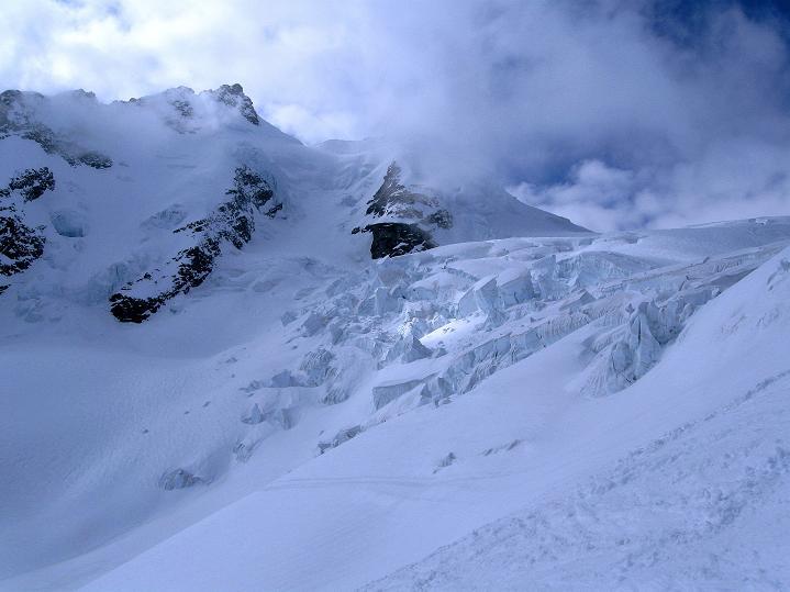 Foto: Andreas Koller / Ski Tour / Berner Alpen Durchquerung 1: Louwihorn (3777m) / Eisbruch am Kranzbergfirn / 16.04.2009 22:47:53