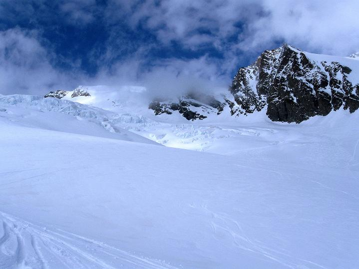 Foto: Andreas Koller / Ski Tour / Berner Alpen Durchquerung 1: Louwihorn (3777m) / Abfahrt über den Kranzbergfirn / 16.04.2009 22:47:33