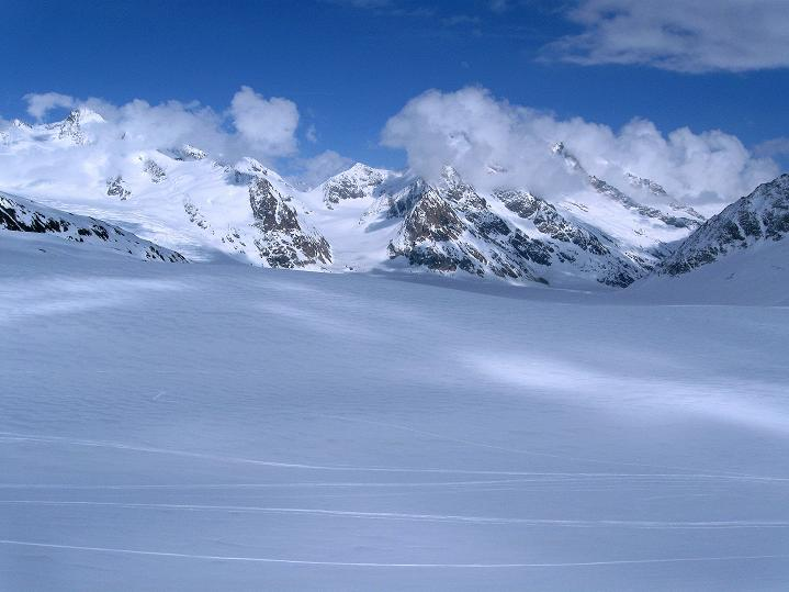 Foto: Andreas Koller / Ski Tour / Berner Alpen Durchquerung 1: Louwihorn (3777m) / 16.04.2009 22:47:01