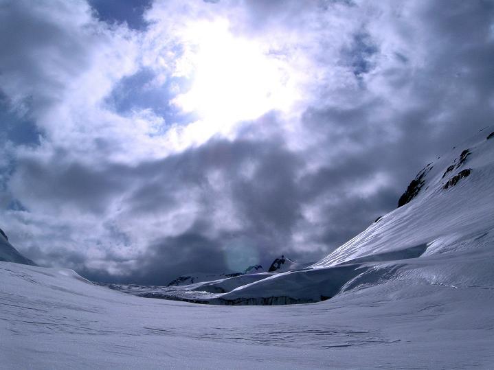 Foto: Andreas Koller / Ski Tour / Berner Alpen Durchquerung 1: Louwihorn (3777m) / 16.04.2009 22:46:11