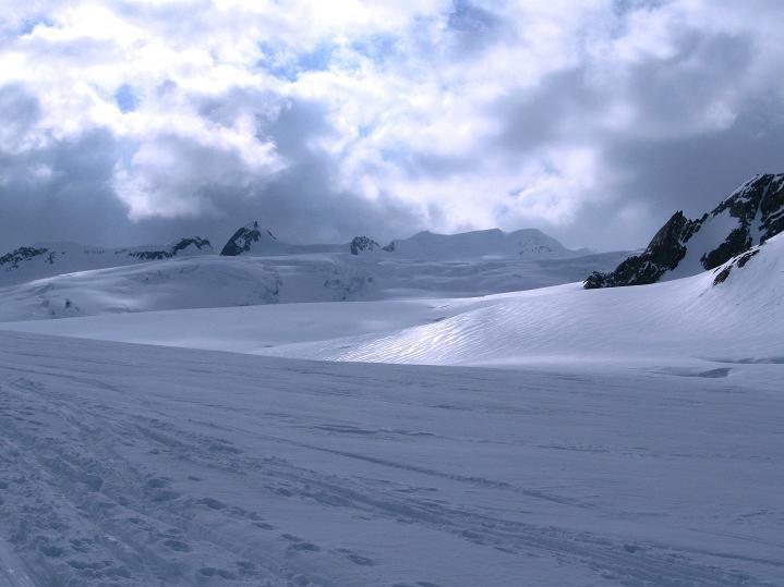 Foto: Andreas Koller / Ski Tour / Berner Alpen Durchquerung 1: Louwihorn (3777m) / 16.04.2009 22:46:04