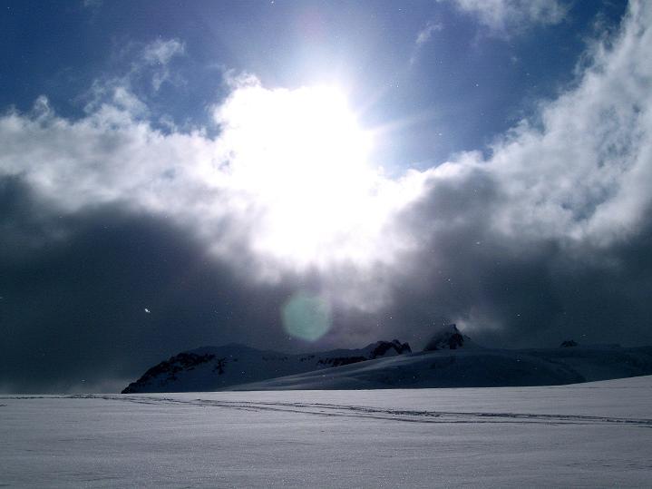 Foto: Andreas Koller / Ski Tour / Berner Alpen Durchquerung 1: Louwihorn (3777m) / 16.04.2009 22:44:57