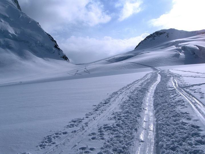 Foto: Andreas Koller / Ski Tour / Berner Alpen Durchquerung 1: Louwihorn (3777m) / Aufstieg zur Lötschenlücke und zur Hollandiahütte / 16.04.2009 22:44:38