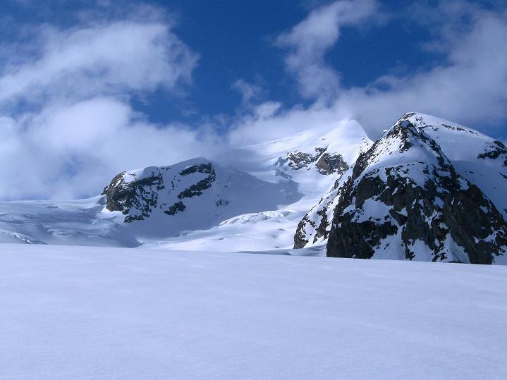 Foto: Andreas Koller / Ski Tour / Berner Alpen Durchquerung 1: Louwihorn (3777m) / Äbeni Flue (3962 m) vom Anstieg zur Hollandiahütte / 16.04.2009 22:44:15