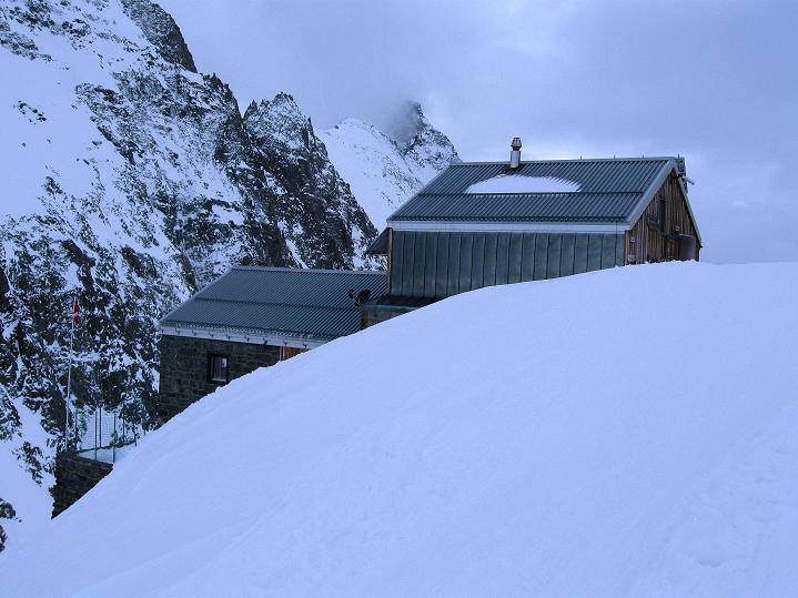 Foto: Andreas Koller / Ski Tour / Berner Alpen Durchquerung 1: Louwihorn (3777m) / Die Hollandiahütte / 16.04.2009 22:43:07