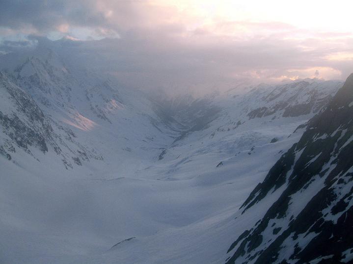 Foto: Andreas Koller / Ski Tour / Berner Alpen Durchquerung 1: Louwihorn (3777m) / Abendstimmung bei der Holllandiahütte über dem Lötschental / 16.04.2009 22:42:37
