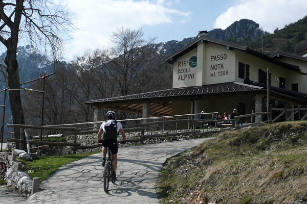 Foto: Lenswork.at / Ch. Streili / Mountainbike Tour / Torbole - Limone - Vesio - Passa Nota - Passa Rocchetta - Riva / 16.04.2009 14:26:08