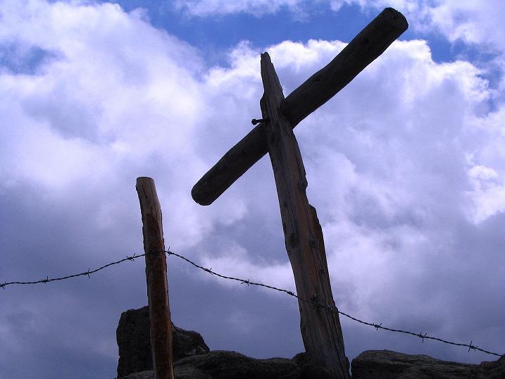 Foto: Andreas Koller / Wander Tour / Über die Dörfler Alm auf den Gstoder (2140m) / Provisorisches Gipfelkreuz am allerhöchsten Punkt / 10.05.2009 21:55:19