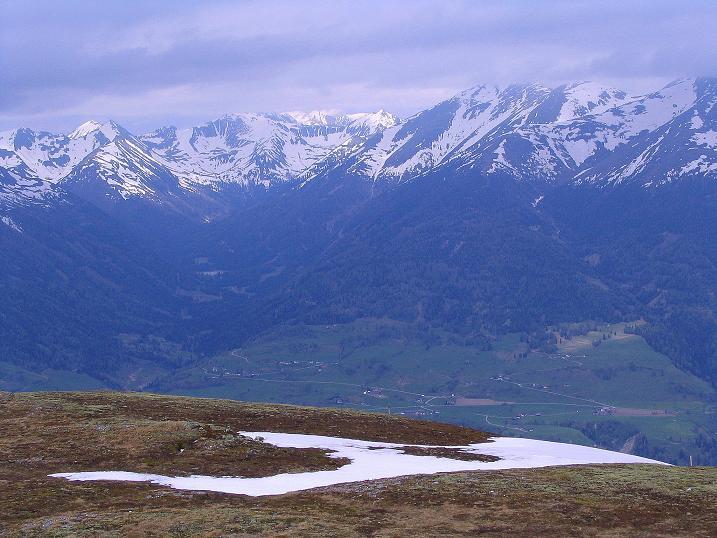Foto: Andreas Koller / Wander Tour / Über die Dörfler Alm auf den Gstoder (2140m) / Blick in die Wölzer Tauern / 10.05.2009 21:54:51