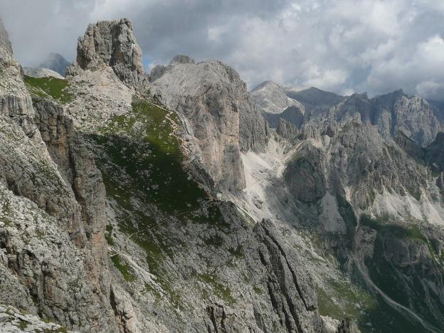 Foto: Manfred Karl / Klettersteig Tour / Via ferrata Masarè auf die Rotwand / Der Weiterweg führt am Fensterleturm vorbei zur Rotwand / 12.05.2009 19:23:43