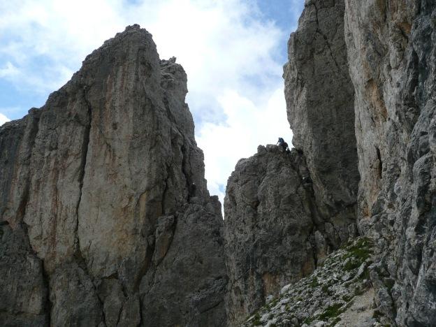 Foto: Manfred Karl / Klettersteig Tour / Via ferrata Masarè auf die Rotwand / Kaminabstiege, hier staut es sich ganz gern / 12.05.2009 19:20:59