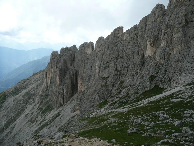 Foto: Manfred Karl / Klettersteig Tour / Via ferrata Masarè auf die Rotwand / Masarègrat und ganz links im Bild ein Teil des Zustiegsweges / 12.05.2009 19:17:38